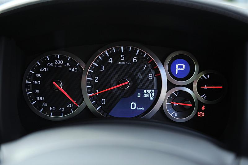 内装は2015年モデルのGT-R Track edition engineered by nismoから「インテリア コンバージョン」している