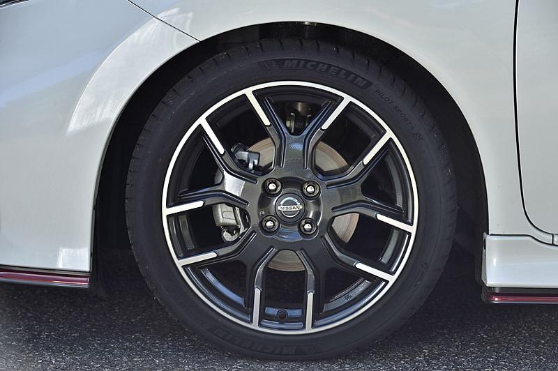 標準装備品の16インチ(横浜ゴム「DNA S.drive」)から、「ノート NISMO S」で採用している17インチのミシュラン「パイロットスポーツ4」に変更。タイヤサイズは195/55 R16から205/45 ZR17となる