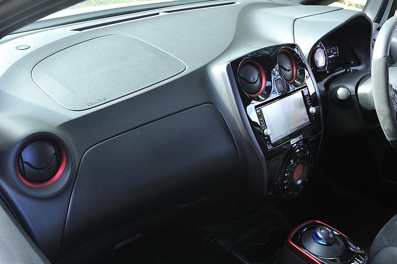 インテリアは「フロアマット」(税別2万7500円)を追加した以外は基本的に変更なし。エアコンベゼルやシフトセレクター外周などがNISMOレッド塗装となり、シートはNISMO専用スエード調スポーツシートを採用する