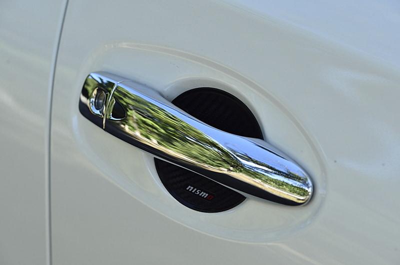 幅広い日産車に用意される「ドアハンドルプロテクター」(税別2800円)