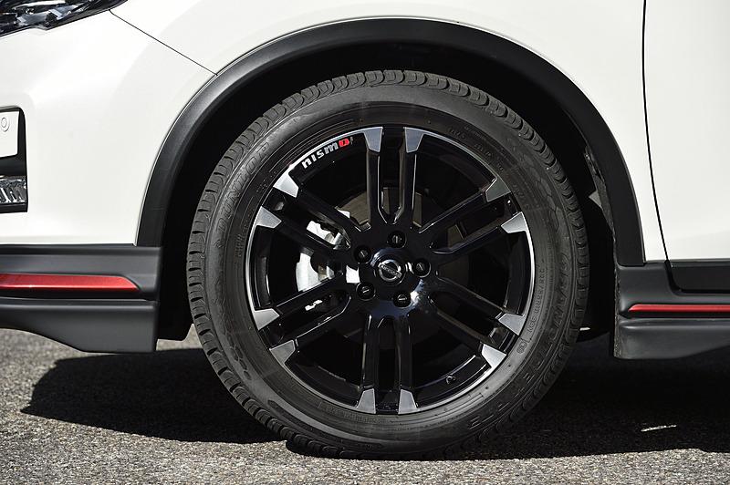19インチホイールの「LMX6S」は4万8000円/本(税別)。足まわりも「スポーツサスペンションキット」(税別10万円)に変更され、車高が30mmローダウンしている