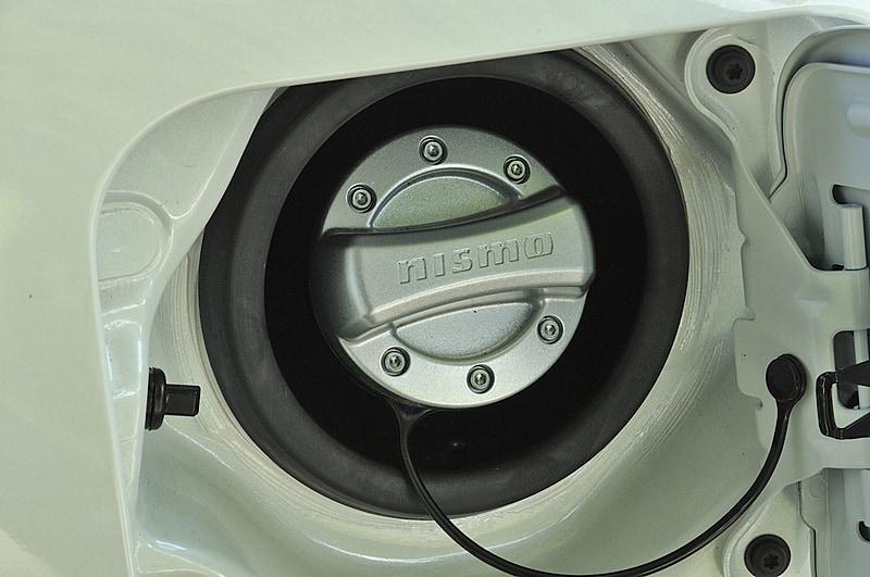 共通デザインを採用する「オイルフィラーキャップ」(左)は6200円(税別)、「フューエルフィラーキャップカバー」(右)は5500円(税別)。どちらも素材はアルミダイキャスト
