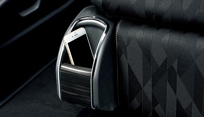 2列目プレミアムクレードルシートには大型ヘッドレストを採用するとともに、足下にはスマートフォンやペットボトルなどを収納できる小物入れを用意