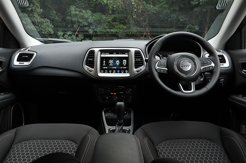 ファブリックシートを標準装備するLongitudeのインテリア。Apple CarPlayとAndroid Autoに対応する8.4インチオーディオナビゲーションシステムを採用するとともに、LongitudeとLimitedはフルカラー7インチマルチビューディスプレイ、革巻きステアリングホイールといった上級装備を標準装備する