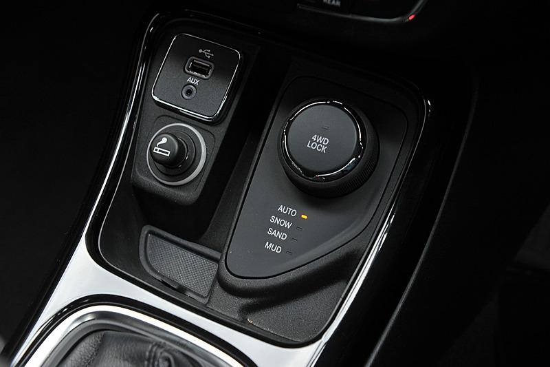 レザーシートを標準装備するLimitedのインテリア。運転席8ウェイパワーシート/助手席4ウェイマニュアル調整機構、フロントシートヒーター、40:20:40分割可倒式リアシート、115Vアクセサリー電源アウトレット、Beats AudioプレミアムサウンドシステムなどはLimitedだけの装備