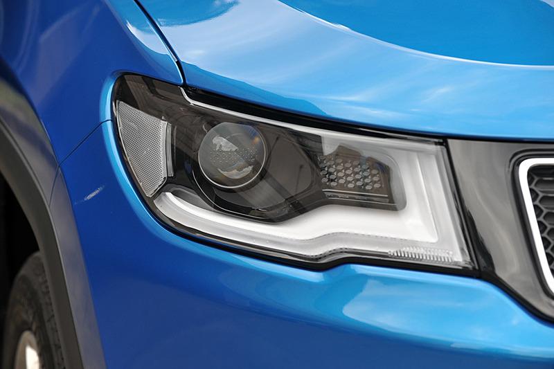 Limitedはバイキセノンヘッドライトやコーナリングフロントフォグランプなどを標準装備