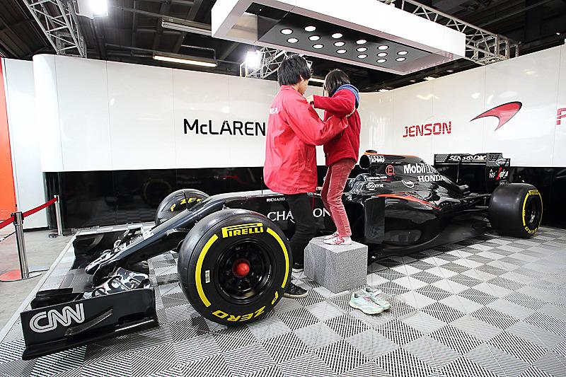 F1参戦マシンの「McLaren-Honda MP4-31」のコックピット体験は、シートに座ることができれば参加可能