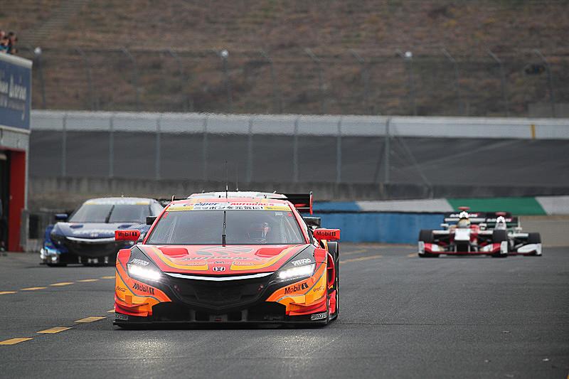 SUPER GTのマシンとスーパーフォーミュラのマシンによるエキシビションレースも行なわれる