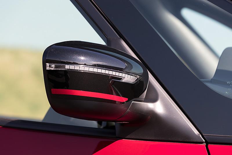 ドアミラーはブラックのサイドターンランプ付電動格納式