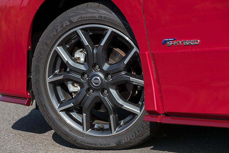 足下は専用デザインの17インチアルミホイールにブリヂストン「POTENZA Adrenalin RE003」(205/50 R17)を組み合わせる。車高は専用サスペンションの装着により15mmローダウン