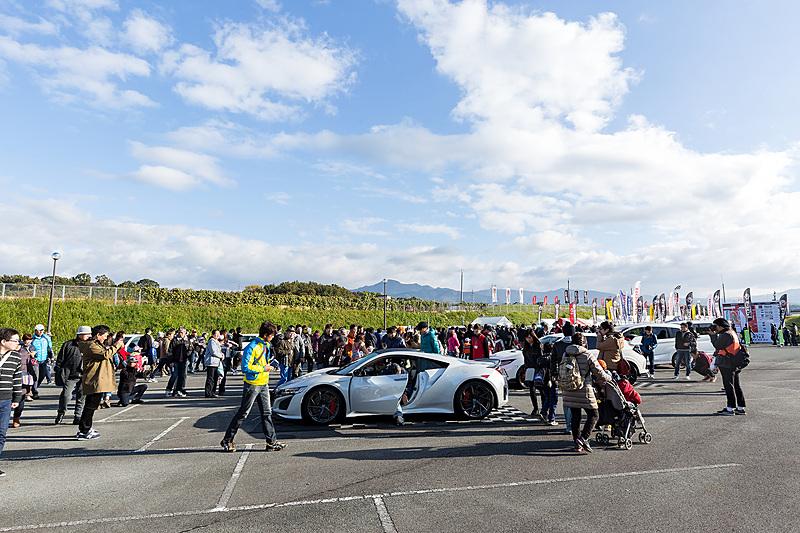 「モースポフェス in 九州」の入場ゲート直後にある展示ゾーン。手前のNSXは「Honda Racing THANKS DAY 2016」でフェルナンド・アロンソ選手がドライブしたクルマ