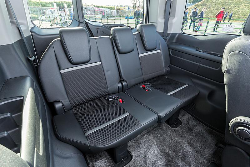フロントシートはModulo Xのロゴ入り。2018年モデルではシート表皮がより滑りにくい素材に変更されている