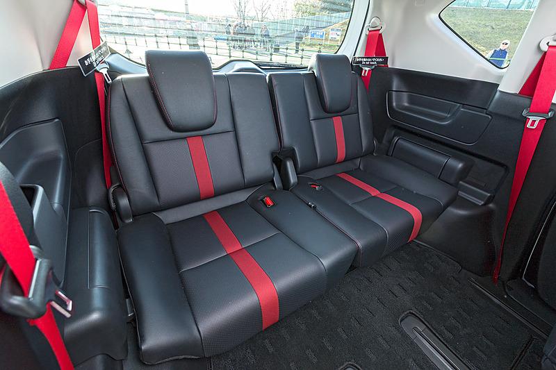 シートは中央に赤いラインが入るほかステッチも赤色。シートベルトも同色でコーディネートされインパクト大