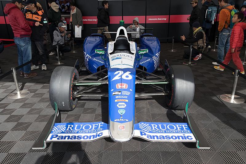 レーシングカーの展示コーナーには佐藤琢磨選手がインディ500で駆ったマシンも
