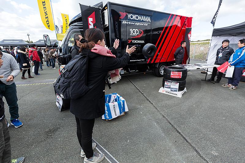 横浜タイヤはカート用タイヤを使ったタイヤ投げゲームを実施