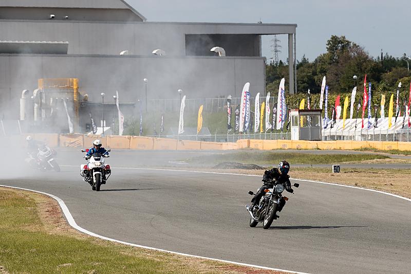 サーキットコースでは危険走行のバイクを捕まえるデモンストレーションを実施。多くのギャラリーを集めていた