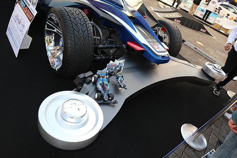 フロントバンパーの上で電動RCカーとミニ四駆のエアロ アバンテを展示