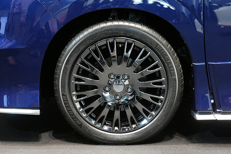 ドット柄のフロントグリルや専用デザインの17インチアルミホイールなどを装備するセレナ AUTECH。タイヤはミシュラン「パイロットスポーツ4」を採用する。ボディカラーは「スカイライン」60周年記念車「60th Limited」で採用されるオーロラフレアブルーパールに近いイメージ