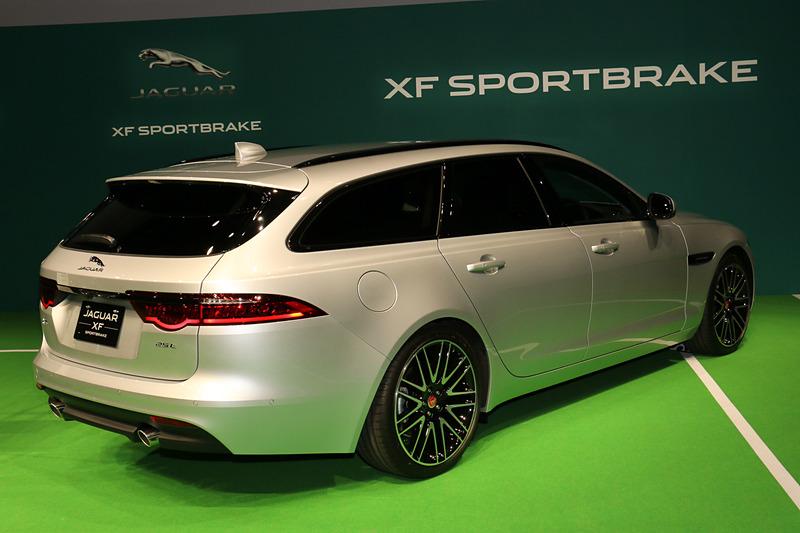 リアハッチに「25t」というバッヂを装着したXF スポーツブレイクのガソリンエンジン搭載モデル