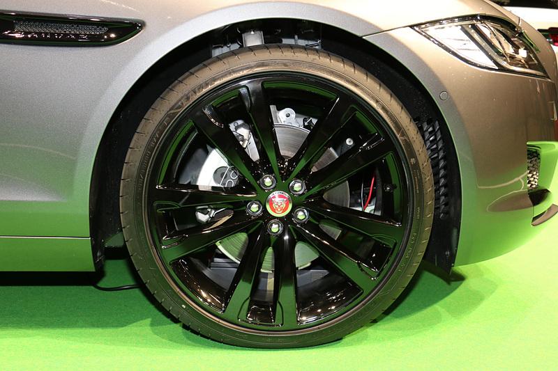 標準装備は18インチだが、ガソリンエンジン搭載モデルの展示車はオプションとなる20インチのタイヤ&ホイールを装着