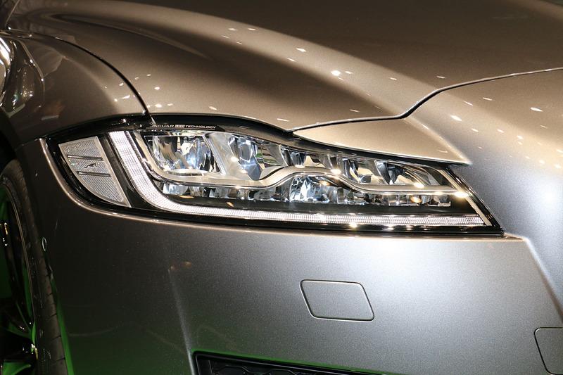 写真の「アダプティブLEDヘッドライト」はガソリン、ディーゼルともにオプション設定