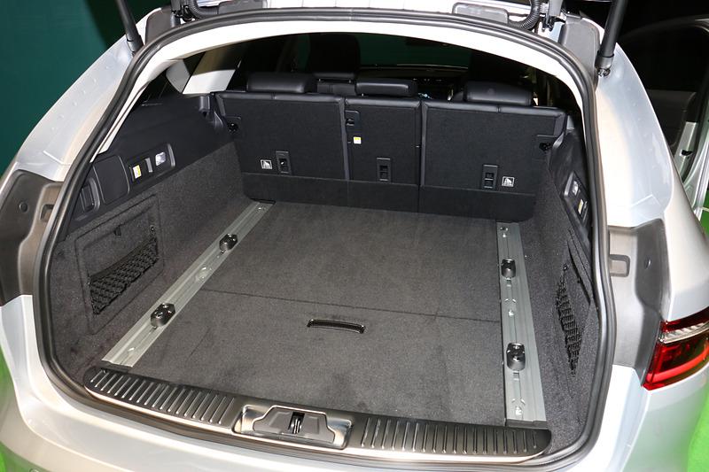 通常時から565Lを備える広いラゲッジスペース。フロア下には「スペースセーバースペアーホイール」を標準装備