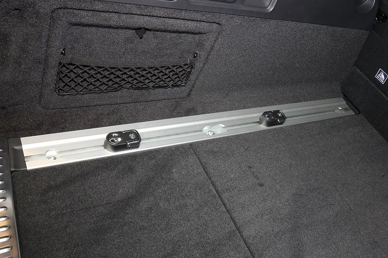 フロアの両サイドに固定用フックをスライドさせるレールを設定
