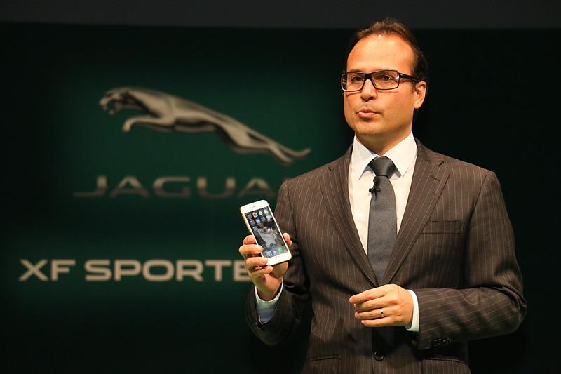 「オンライン・セールス・アドバイザー」では、スマートフォンを使ってジャガーやランドローバーの新車を購入できると語るハンソン氏