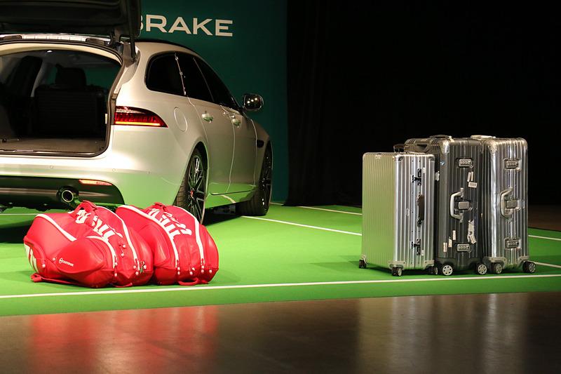 ラゲッジスペースにはあらかじめスーツケースが大小合わせて3個入っており、さらに大きめのラケットバッグも2つ入る積載性の高さがアピールされた。錦織選手も「遠征に行くときはスーツケースが2個あって、さらにラケットバッグもあったりと結構な荷物を持っていきます。でも、たぶん軽々と入っちゃうサイズなのですごく使い勝手がいいと思います」と評価