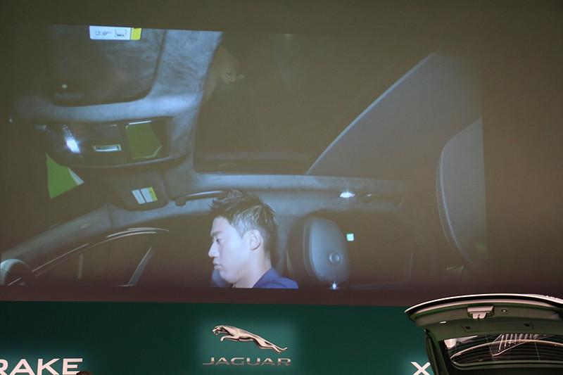ルーフ部分の中央で手を動かすことで、パノラミックサンルーフを開閉できる「ジェスチャー・ルーフブラインド」も錦織選手が体験。若林氏は「安全運転という面でも、ジェスチャーだけで操作できることは意味があることだと思っています」と解説した