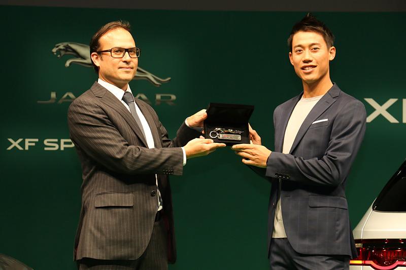このほかに発表会では、来シーズンの錦織選手の活躍を祈念する「ジャガーブランドチャーム」の贈呈も行なわれた