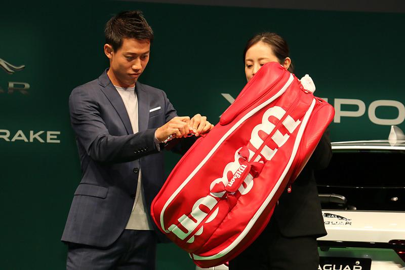 贈られたジャガーブランドチャームは、来シーズンに錦織選手のテニスバッグに取り付けられ、「会場でジャガーもともに戦う」という。発表会場ではラゲッジスペースの紹介で登場したラケットバッグに取り付けるシーンが披露された
