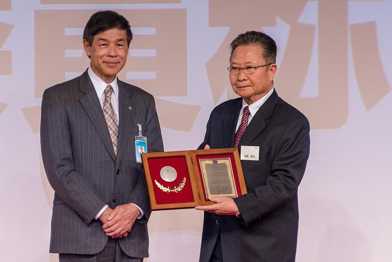 JAFモータースポーツ名誉委員の称号が授与された高橋国光氏(写真右)