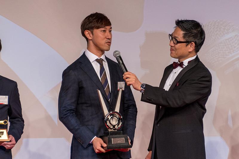 全日本スーパーフォーミュラ選手権のチャンピオンを獲得した石浦宏明選手(写真左)