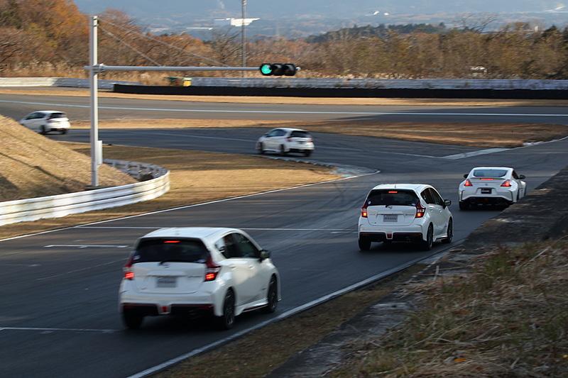 先導走行の様子。コーナーのラインの取り方やブレーキングポイントなど、先導車の走りをトレースして走ることが主な目的となる
