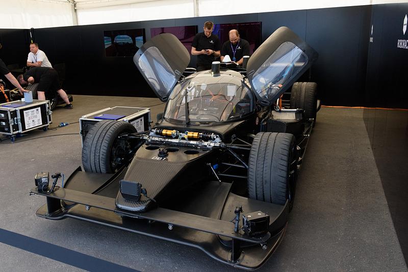 なぜか2座席レーシングカーベースの1人乗りレーシングカーとなっていた自動運転車の「ロボカー」