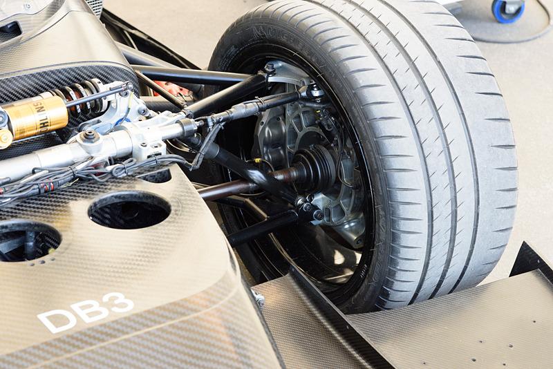 前輪の内側。車軸が見える。回生発電のためなのだろうか