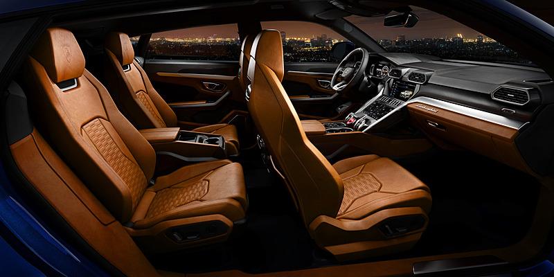 最高級レザー、アルカンターラ、アルミニウム、カーボンファイバー、ウッドなどの高品質素材を用いたインテリア。オプションとしてフロントスポーツシートが選択できるほか、リアシートは2名乗車仕様も選択可能