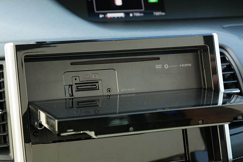 ディスプレイを倒すとCD/DVDおよび、SDメモリーカードのスロットが現れる