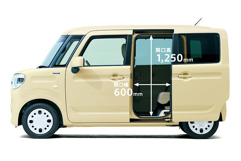 スペーシア/スペーシア カスタムともに、ボディサイズは3395×1475×1785mm(全長×全幅×全高)で、ホイールベースは2460mm。スペーシアのツートーンルーフ車はルーフレールを装着して全高が1800mmとなる。新型では、スライドドアの開口高と開口幅が従来モデルに比べてそれぞれ20mm拡大され、乗り降りのしやすさを向上させている