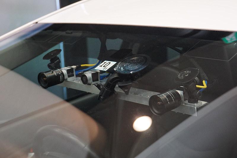 フロントウィンドウ内に固定されたステレオカメラと単眼カメラ