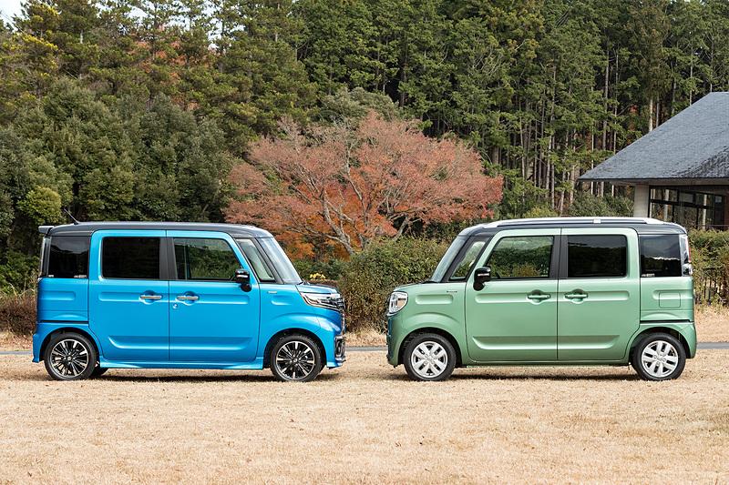 スペーシア(写真右)とスペーシア カスタム。初代モデルよりホイールベースが延長され、最小回転半径は4.4m(165/55 R15タイヤを装着するスペーシア カスタムは4.6m)となった