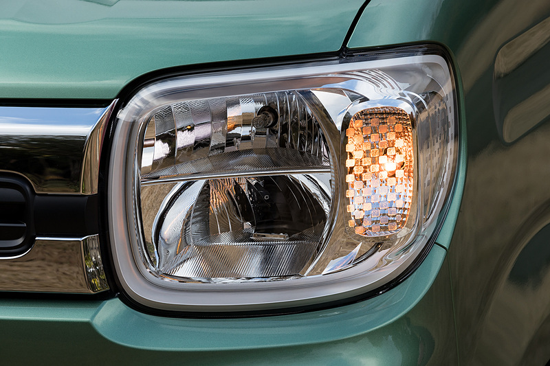 ヘッドライトの点灯パターン。標準はハロゲンだがHYBRID XにはオプションでLEDヘッドライトが用意されている