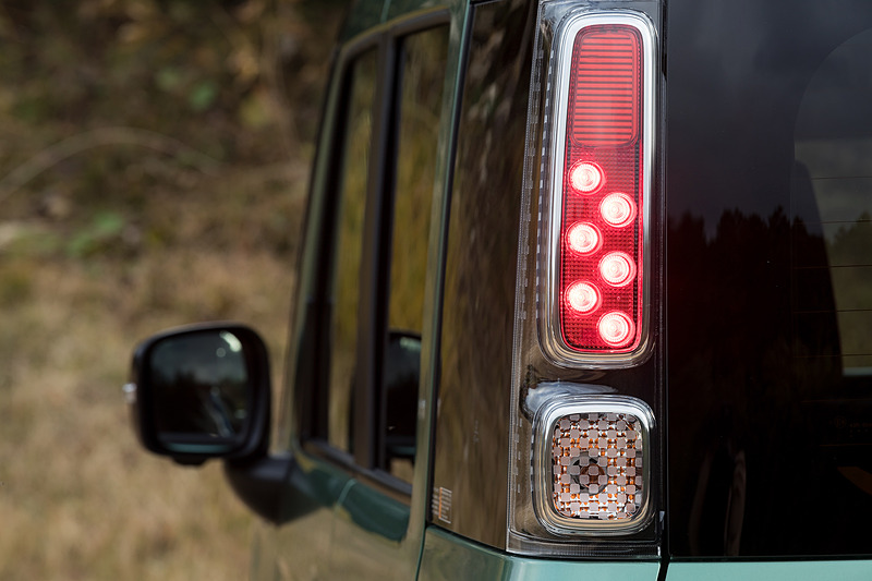 リアコンビランプの点灯パターン。バックランプはバックドアに付く