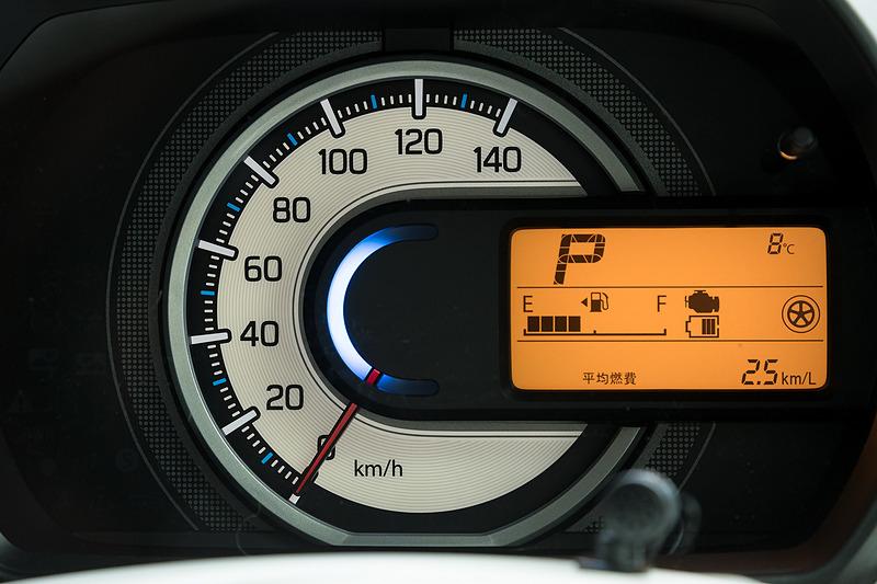 スピードメーターとマルチインフォメーションディスプレイを組み合わせたシンプルなメーターパネル。中央には運転状況で色が変化するステータスインフォメーションランプも付く