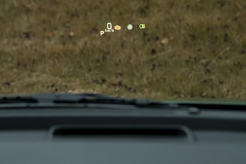 国産車ではまだ数が少ないガラス投影式ヘッドアップディスプレイをオプション設定。全方位モニターなどとのセットオプションとなる