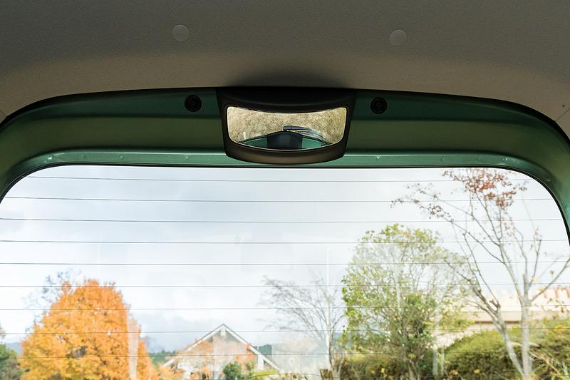 リアハッチの上部には、車両後方下部の確認が可能な後方視界支援ミラーを用意