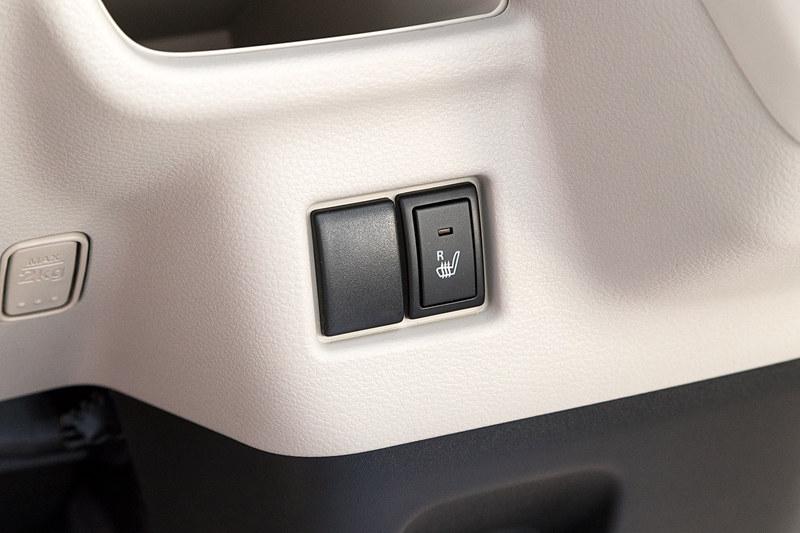 運転席シートヒーターはHYBRID Xに標準装備され、4WD車は助手席シートヒーターも標準装備。HYBRID Gは4WD車のみ運転席シートヒーターが標準装備される