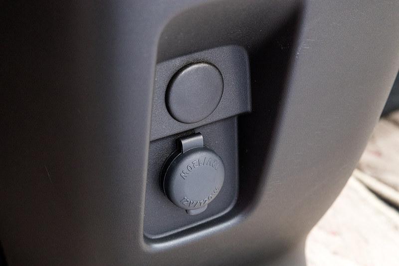 インパネ下部にDC12Vのアクセサリーソケットを配置