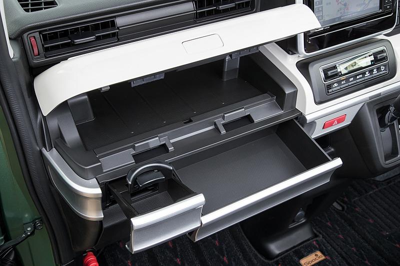 インパネ収納は大型のアッパーボックス、ティッシュが収まるボックス、ドリンクホルダーを一体化